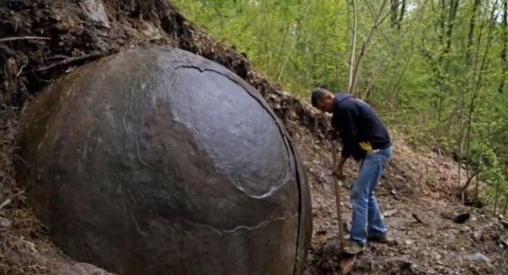 La enigmática piedra esférica que se ha convertido en una atracción turística en Bosnia
