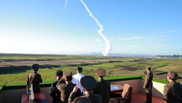 Kim Jong-un, líder norcoreano, asiste a las pruebas de un nuevo misil (archivo) - Sputnik Mundo