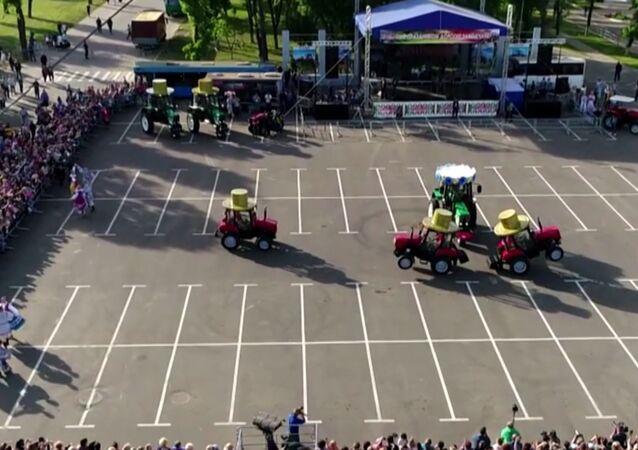 La danza de los pequeños tractores de Bielorrusia