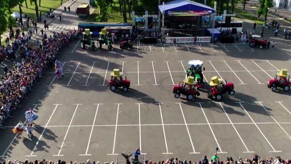 La danza de los pequeños tractores de Bielorrusia - Sputnik Mundo