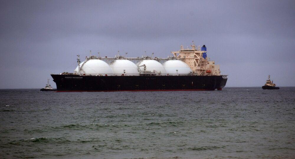 Buque cisterna con el gas licuado