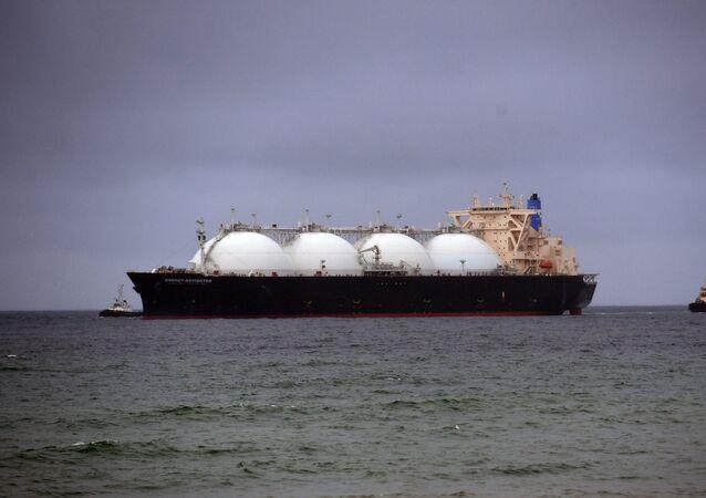 Buque cisterna con el gas licuado (imagen referencial)