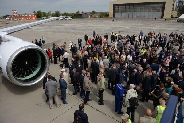 ¡Prepárense, Boeing y Airbus! El gigante ruso MC-21 realiza su primer vuelo - Sputnik Mundo
