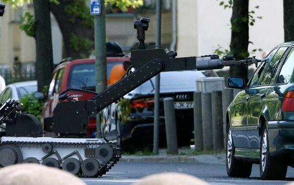 Robot anti-bomba rompiendo el cristal del coche sospechoso en Berlín - Sputnik Mundo