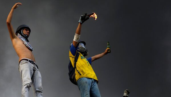 Participantes de las protestas contra el presidente Nicolás Maduro en Caracas, Venezuela - Sputnik Mundo