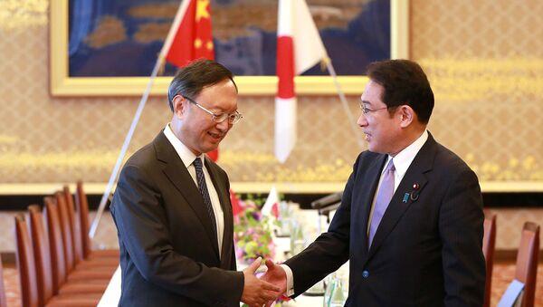 Fumio Kishida, ministro de Exteriores de Japón y su homólogo chino, Yang Jiechi - Sputnik Mundo