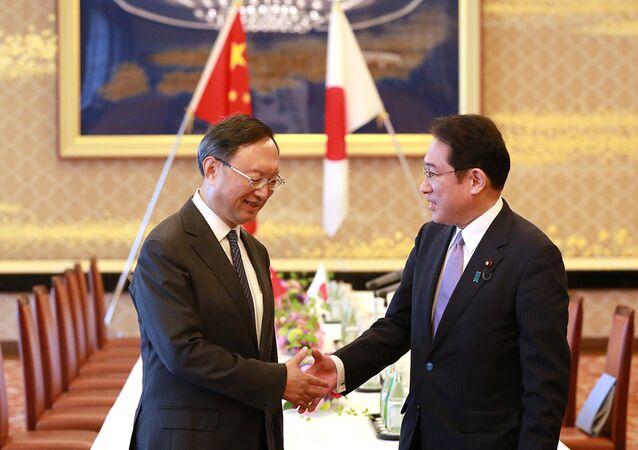 Fumio Kishida, ministro de Exteriores de Japón y su homólogo chino, Yang Jiechi