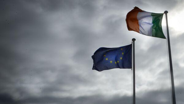 Banderas de la UE e Irlanda - Sputnik Mundo