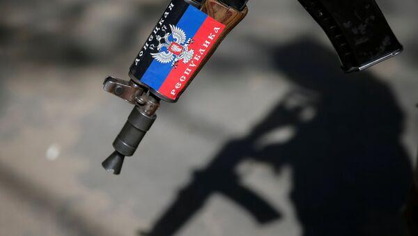 Fusil con la bandera de RPD (archivo) - Sputnik Mundo