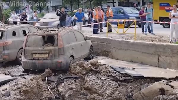 El momento exacto de la gran explosión tras la rotura de una tubería en Kiev - Sputnik Mundo