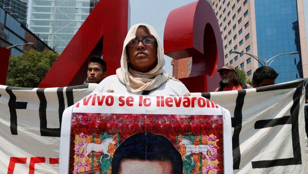Familiar de uno de los 43 estudiantes desaparecidos en Ayotzinapa  - Sputnik Mundo