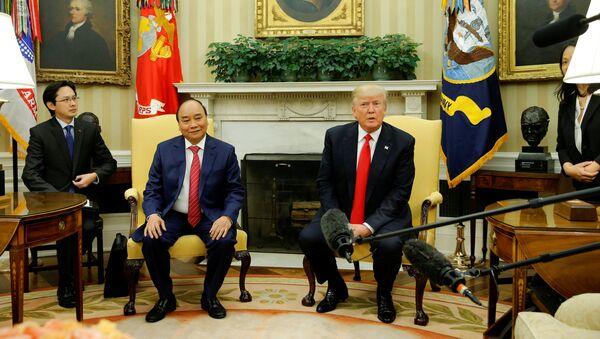 El presidente estadounidense, Donald Trump, con su homólogo vietnamita Nguyen Xuan Puc - Sputnik Mundo