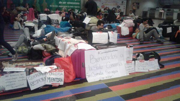 Pasajeros en el aeropuerto internacional Simón Bolívar de Maiquetía - Sputnik Mundo