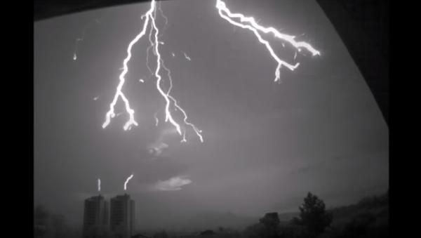 Un rayo cae sobre un edificio: grabación única a cámara lenta - Sputnik Mundo