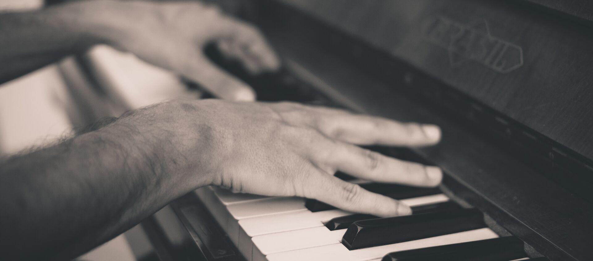 Un hombre tocando piano (imagen referencial) - Sputnik Mundo, 1920, 27.06.2018