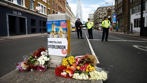 Las flores en homenaje a las víctimas del atentado en Londres - Sputnik Mundo