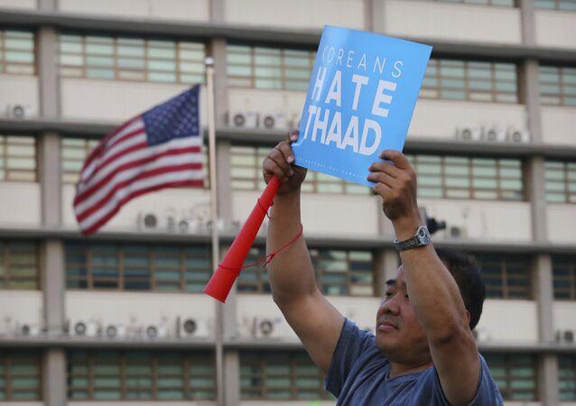 Un ciudadano de Corea del Sur con el cartel diciendo Los coreanos odian THAAD (archivo)