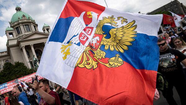 Combinación de las banderas de Rusia y Serbia (archivo) - Sputnik Mundo