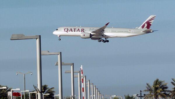 Un avión de Qatar Airways en Doha - Sputnik Mundo