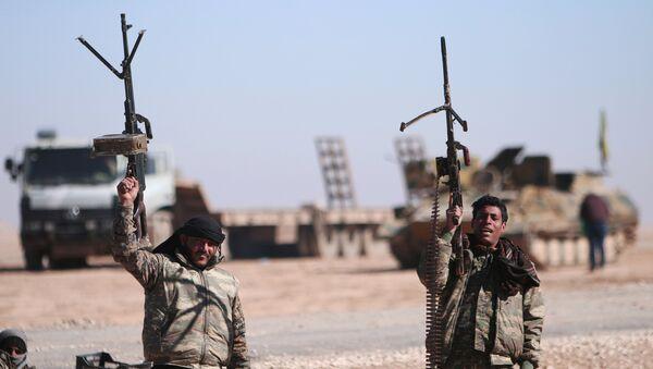 Fuerzas Democráticas sirias cerca de Al Raqa (archivo) - Sputnik Mundo