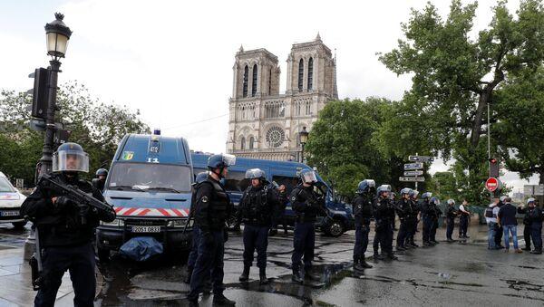 La policía francesa en la plaza de Notre Dame en París tras el ataque - Sputnik Mundo