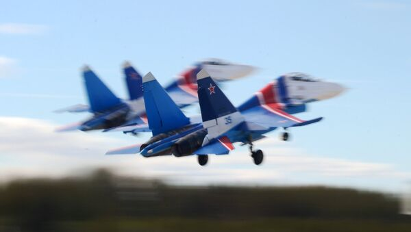 Aviones polivalentes Su-30SM del equipo de acrobacia aérea Caballeros rusos - Sputnik Mundo