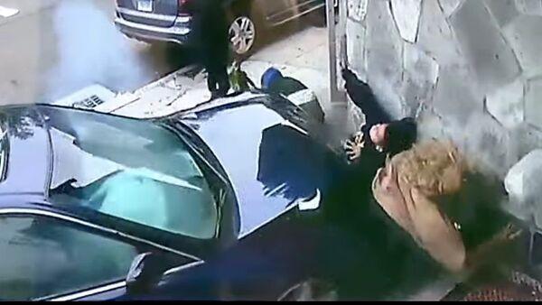 Una heroica mujer salva a un niño de ser atropellado por un coche - Sputnik Mundo