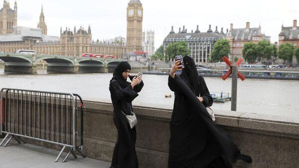 Dos mujeres musulmanas cerca del Parlamento en Londres, Reino Unido - Sputnik Mundo