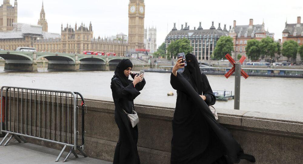Dos mujeres musulmanas cerca del Parlamento en Londres, Reino Unido