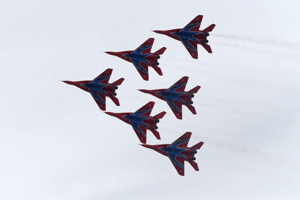 Los cazas polivalentes MiG-29 de los Strizhí —grupo de demostración acrobática de la Fuerza Aérea rusa— se presentan durante la ceremonia de apertura del primer campeonato mundial de tiro práctico con rifle, en las afueras de Moscú