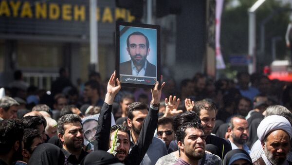 La gente asiste al funeral de las víctimas que murieron en el ataque del 7 de junio en el parlamento iraní y en el mausoleo del ayatolá Jomeini, en Teherán - Sputnik Mundo