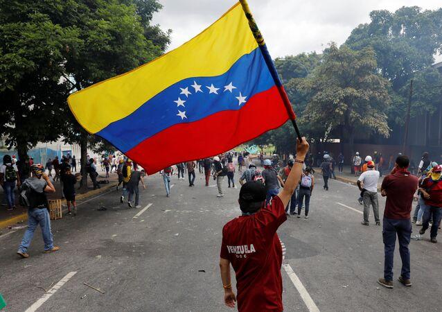 Un manifestante con la bandera de Venezuela (archivo)