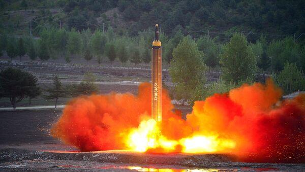 Lanzamiento de un misil balístico en Corea del Norte - Sputnik Mundo