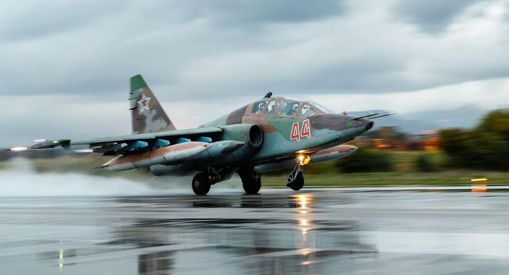 Con mano dura: el Su-25 ataca con misiles a Daesh (vídeo)