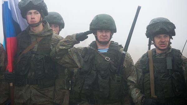 Soldados durante las maniobras conjuntas Hermandad Eslava 2016 - Sputnik Mundo