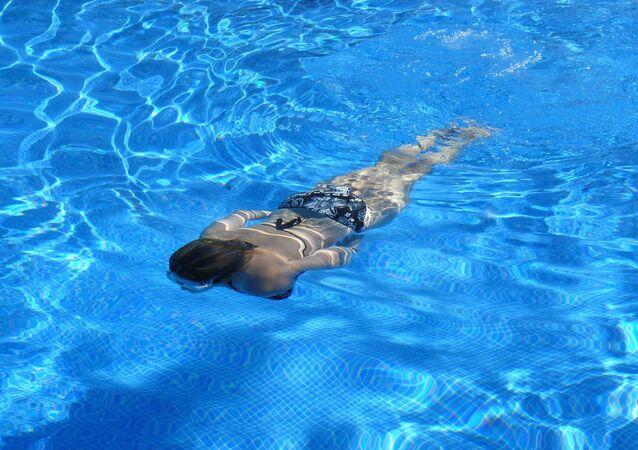 Una mujer en una piscina