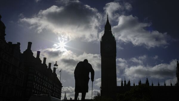 A statue of former British Prime Minister Winston Churchill silhouettes in front of the Houses of Parliament the day after Britain's national elections in London, Friday, June 9, 2017. - Sputnik Mundo