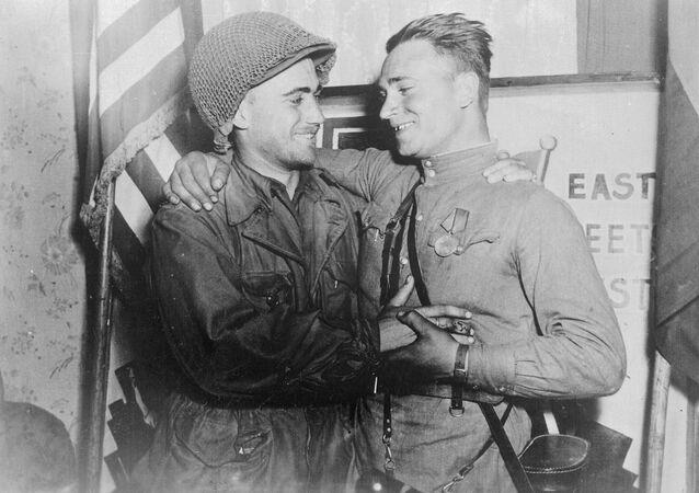 El teniente estadounidense William Robertson y el teniente soviético Alexandr Silvashko