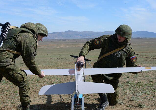 Militares rusos preparan un dron para el vuelo