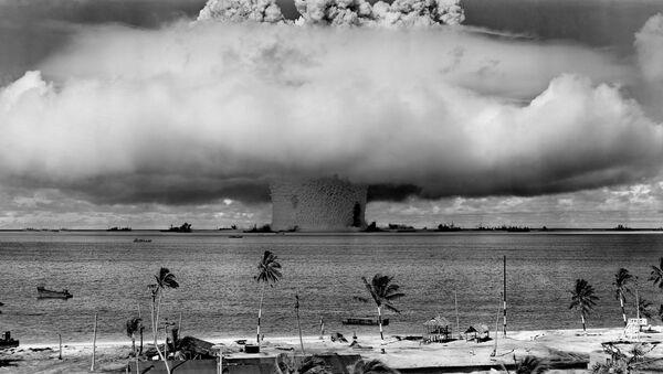 Una prueba nuclear realizada por EEUU en el atolón Bikini, en 1946 (imagen referencial) - Sputnik Mundo