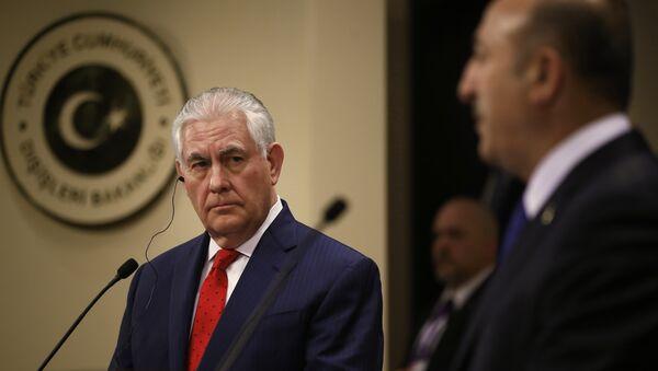 Rex Tillerson, secretario de Estado de EEUU (a la izquierda) y Mevlut Cavusoglu, ministro de Exteriores de Turquía (a la derecha) - Sputnik Mundo