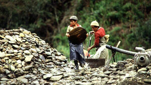 Niños lavan oro en Ecuador en la década de 1990 - Sputnik Mundo