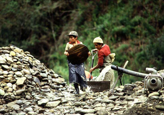 Niños lavan oro en Ecuador en la década de 1990
