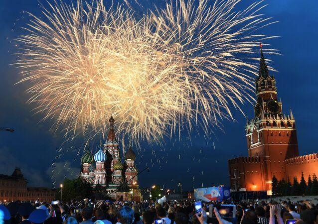 Fuegos artificiales en el Día de Rusia