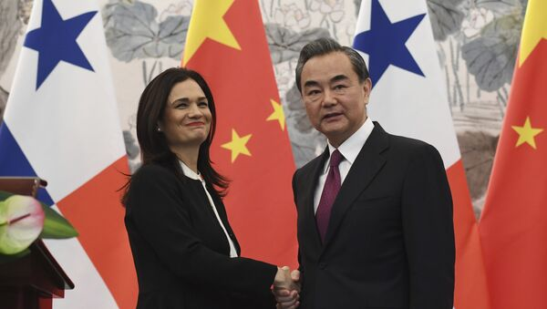 Isabel de Saint Malo, vicepresidenta y canciller de Panamá, y Wang Yi, ministro de Asuntos Exteriores de China - Sputnik Mundo