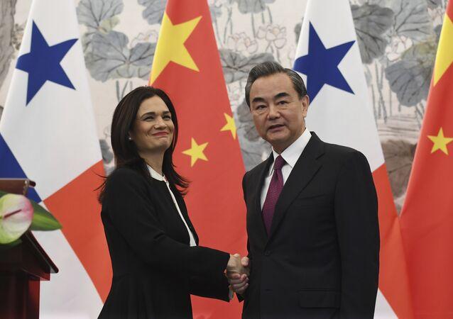 Isabel de Saint Malo, vicepresidenta y canciller de Panamá, y Wang Yi, ministro de Asuntos Exteriores de China
