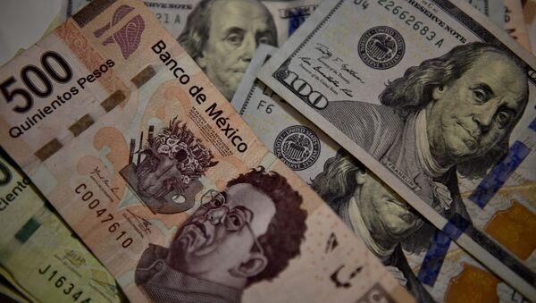 Peso mexicano y dólar estadounidense - Sputnik Mundo