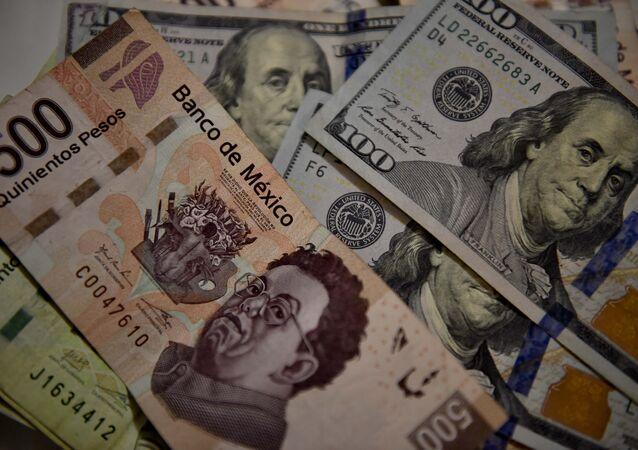 Billetes de pesos mexicanos y dólares estadounidenses