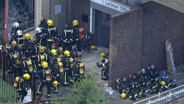 Bomberos durante un descanso en Londres tras luchar contra el incendio de las viviendas Grenfell Tower - Sputnik Mundo