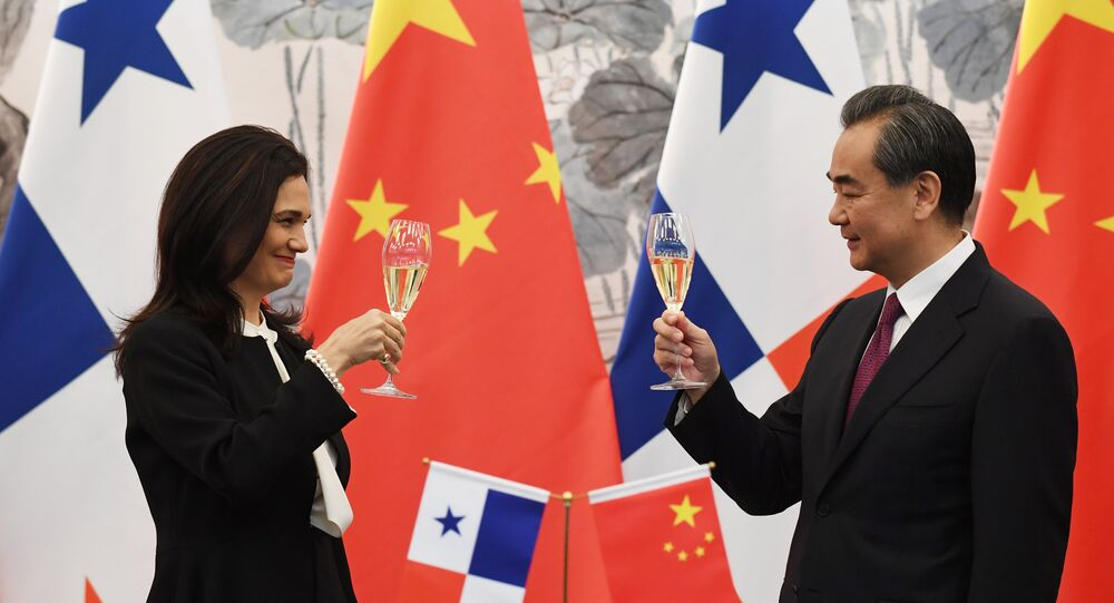 Vicepresidenta y canciller de Panamá, Isabel de Saint Malo, y ministro de Asuntos Exteriores de China, Wang Yi